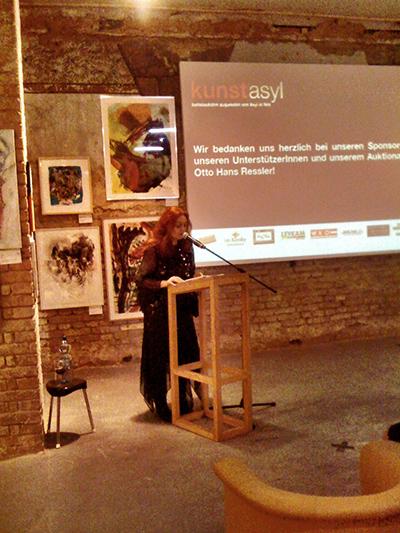Die Organisatorin Karin Ortner(KEEEP KG) richtet Danksagungen und Erläuterungen ans Publikum.